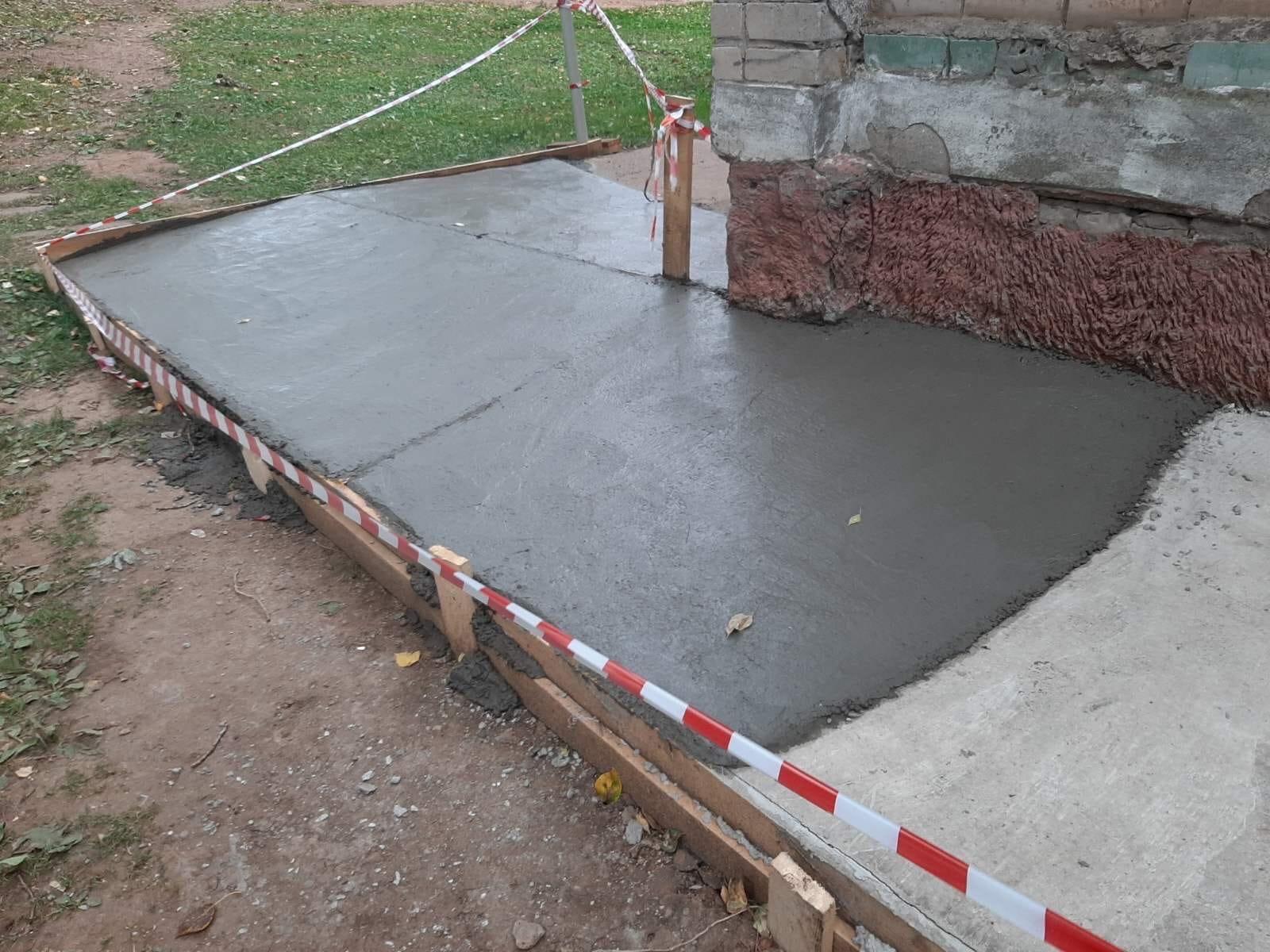 Улица Физкультурников дом 2 ремонт отмостки бетоном.