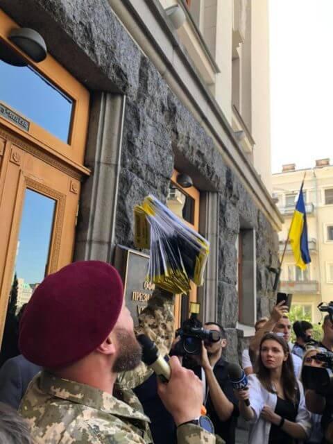 Мятеж разгорелся перед окнами Зеленского: что произошло, первые подробности и кадры