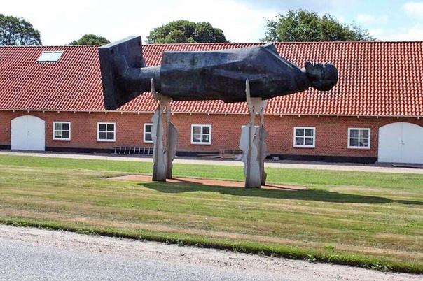 В деревне близ датского города Хернинг установлен монумент вождю мирового пролетариата под названием Lenin er dod («Ленин умер»).