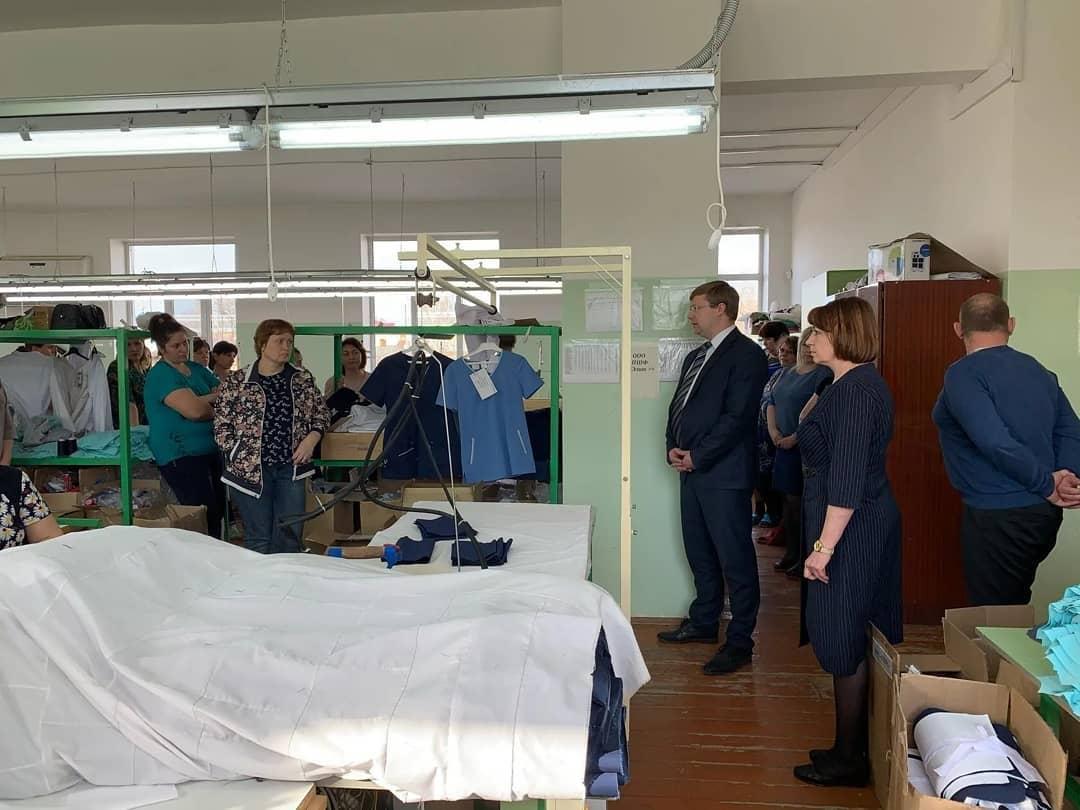 Глава Петровского района Денис Фадеев побывал на швейной фабрике «Элит» и поблагодарил работниц за выполнение социально значимого заказа - изготовление многоразовых тканевых масок