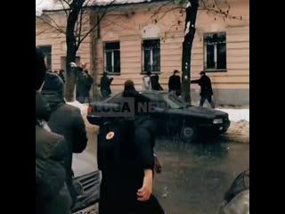 Драка с полицейским на протесте в Калуге