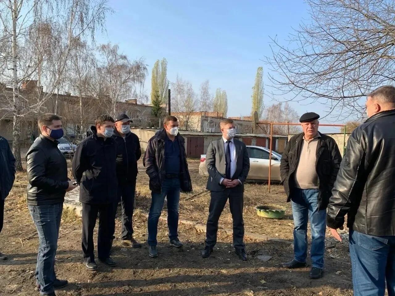 На строительной площадке, где возведён дом для детей-сирот Петровска, состоялось рабочее совещание