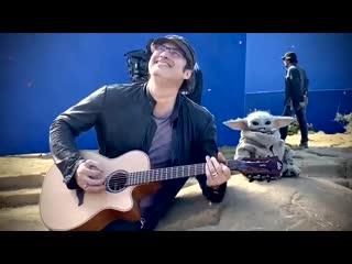 Роберт Родригес играет на гитаре малышу Йоде