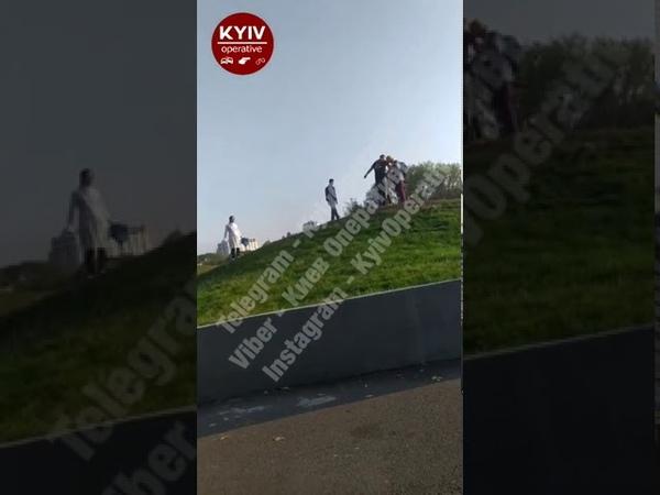 ватна мразота в Києві співала гімн паРаші півень отримав по мордяці