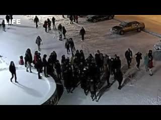 Подростки толпой избили полицейских в Мурманской области