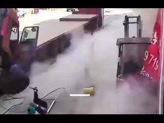 Взрыв шины отбросил мать с ребёнком