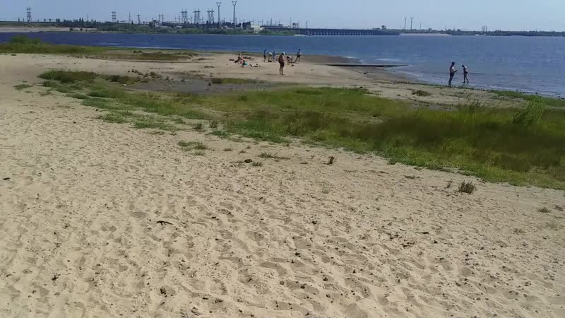 Большой пляж на Тракторнозаводском районе Много песка и камней Красивый вид на волжскую ГЭС Виден конец острова Шлюза кайфонуть
