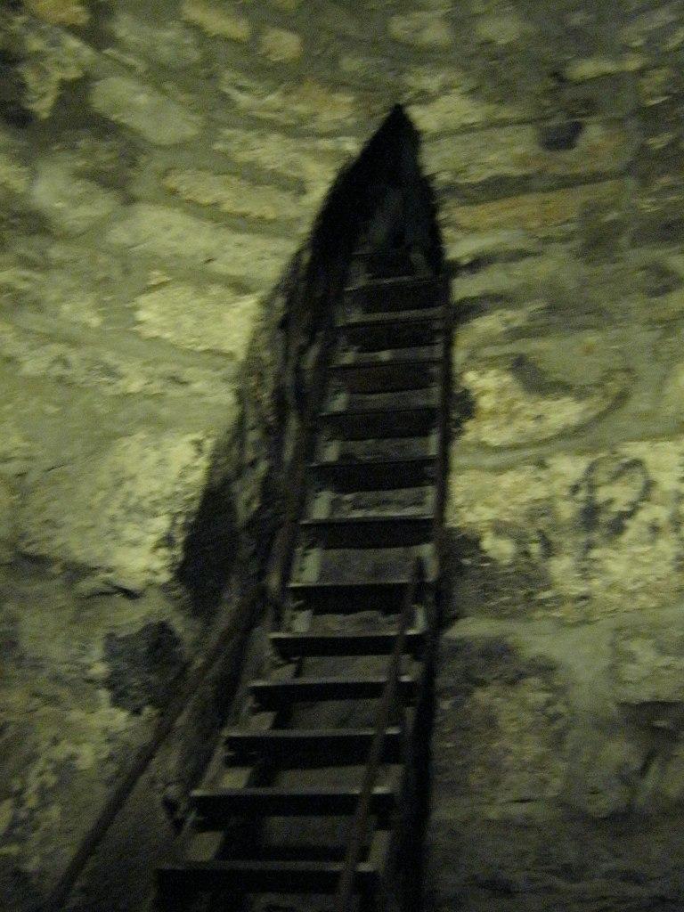 подземная потайная комната в монастыре Хор Вирап