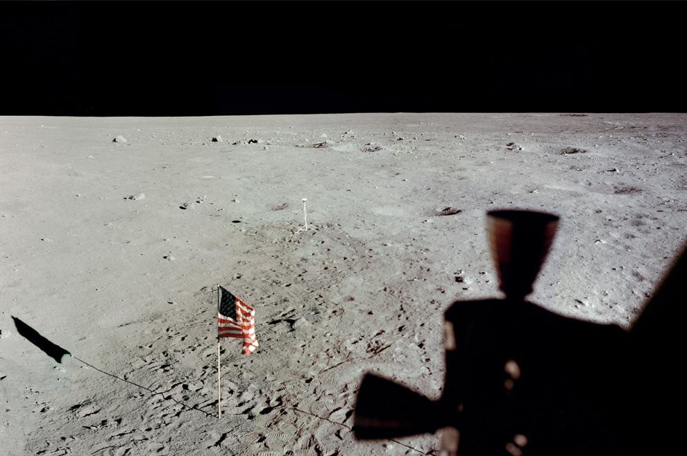 32) Панорама Луны из иллюминатора, сделанная Базом Олдрином. (NASA)