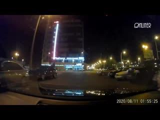 Белорус снял, как ОМОН с дубинками нападает на его машину, пока она едет на силовиков NR