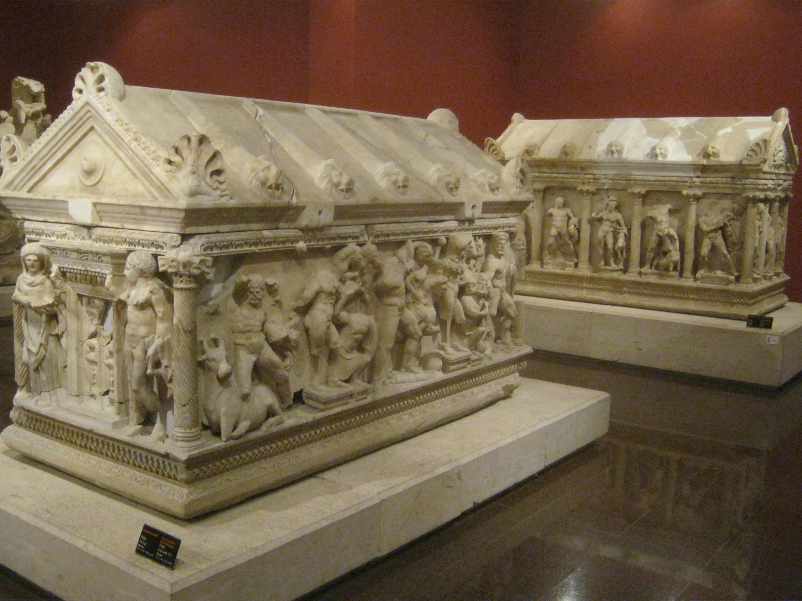 В археологическом музее Антальи большая коллекция саркофагов