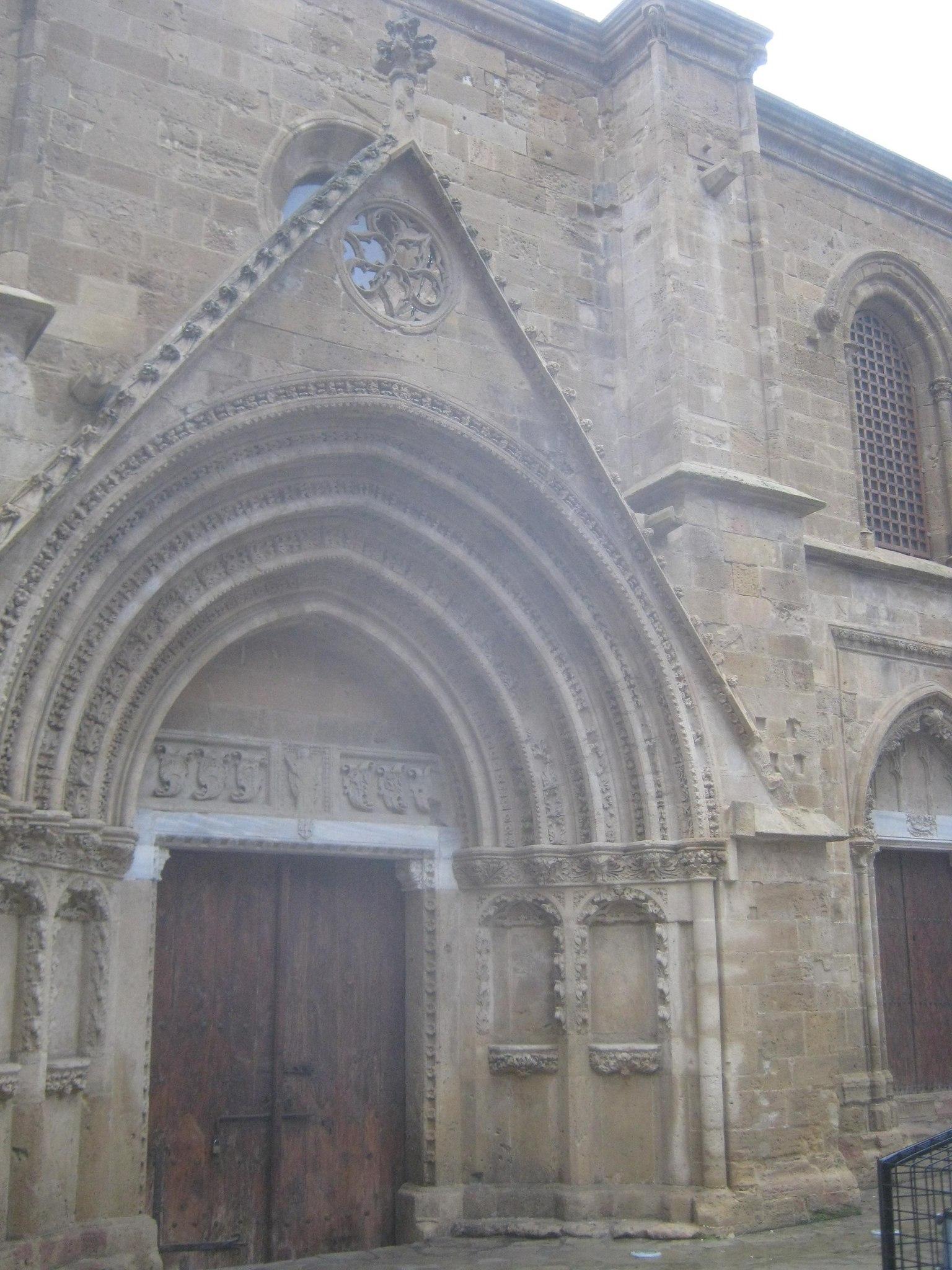 мечеть, переделанная из церкви готического стиля
