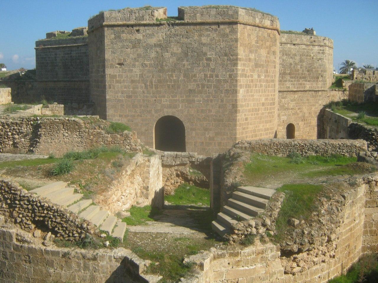проход через башню внутрь крепости Фамагуста