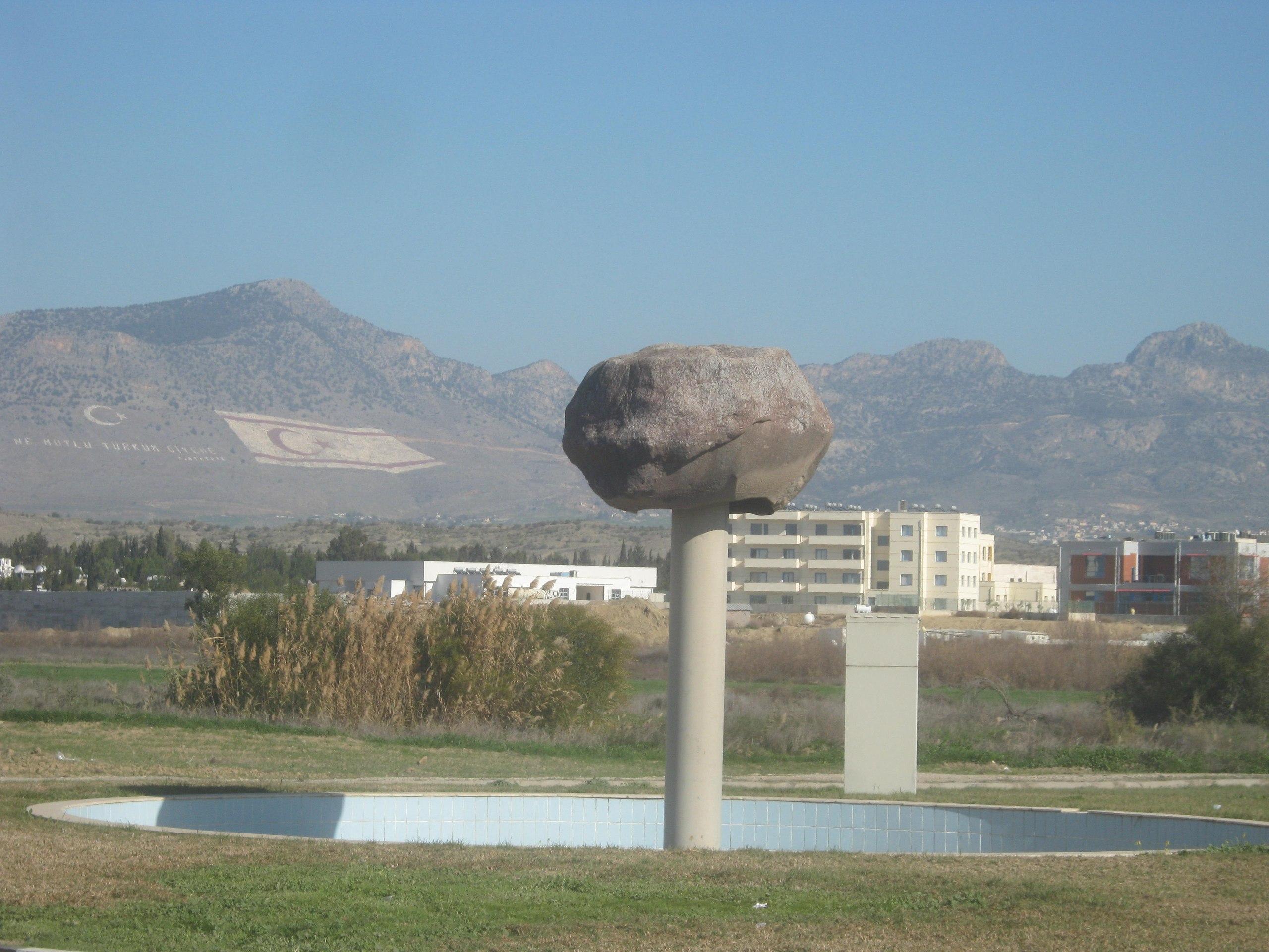 """флаг """"Турецкой Республики Северного Кипра"""" в сторону южного Кипра"""