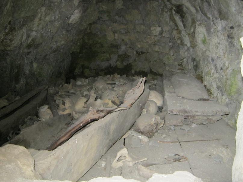 В склепе видны человеческие кости