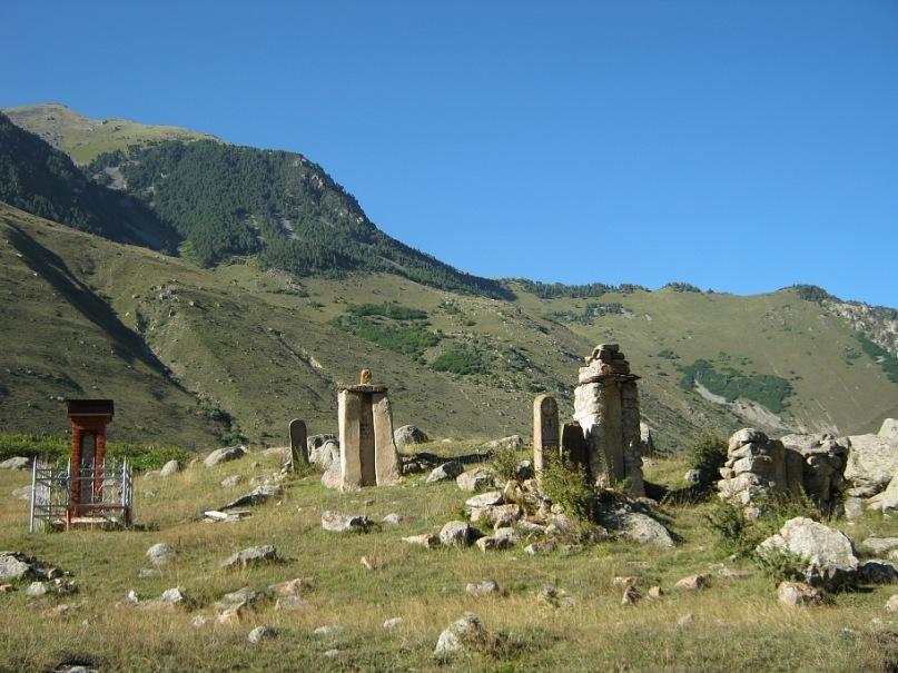 Старинные надгробные столбы в Дигорском Северной Осетии