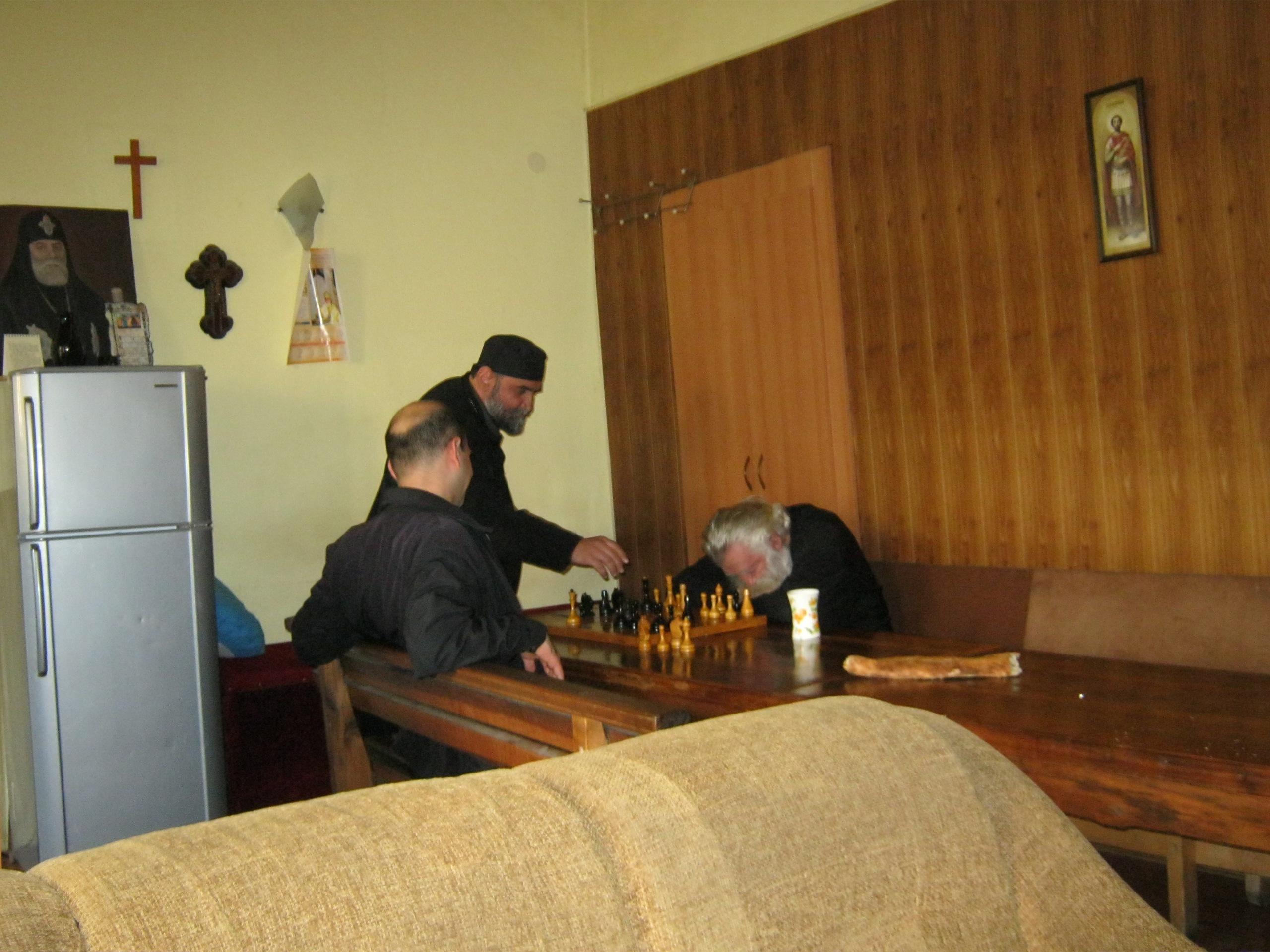 священник уснул во время игры в шахматы