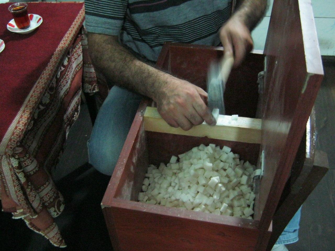 В Турции процесс ручной колки сахарных кусочков