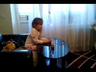 Брат заставляет младшую сестру смотреть порнографию.
