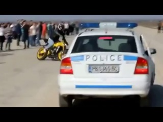 Парень на мотоцикле  издевается с ментов на опеле