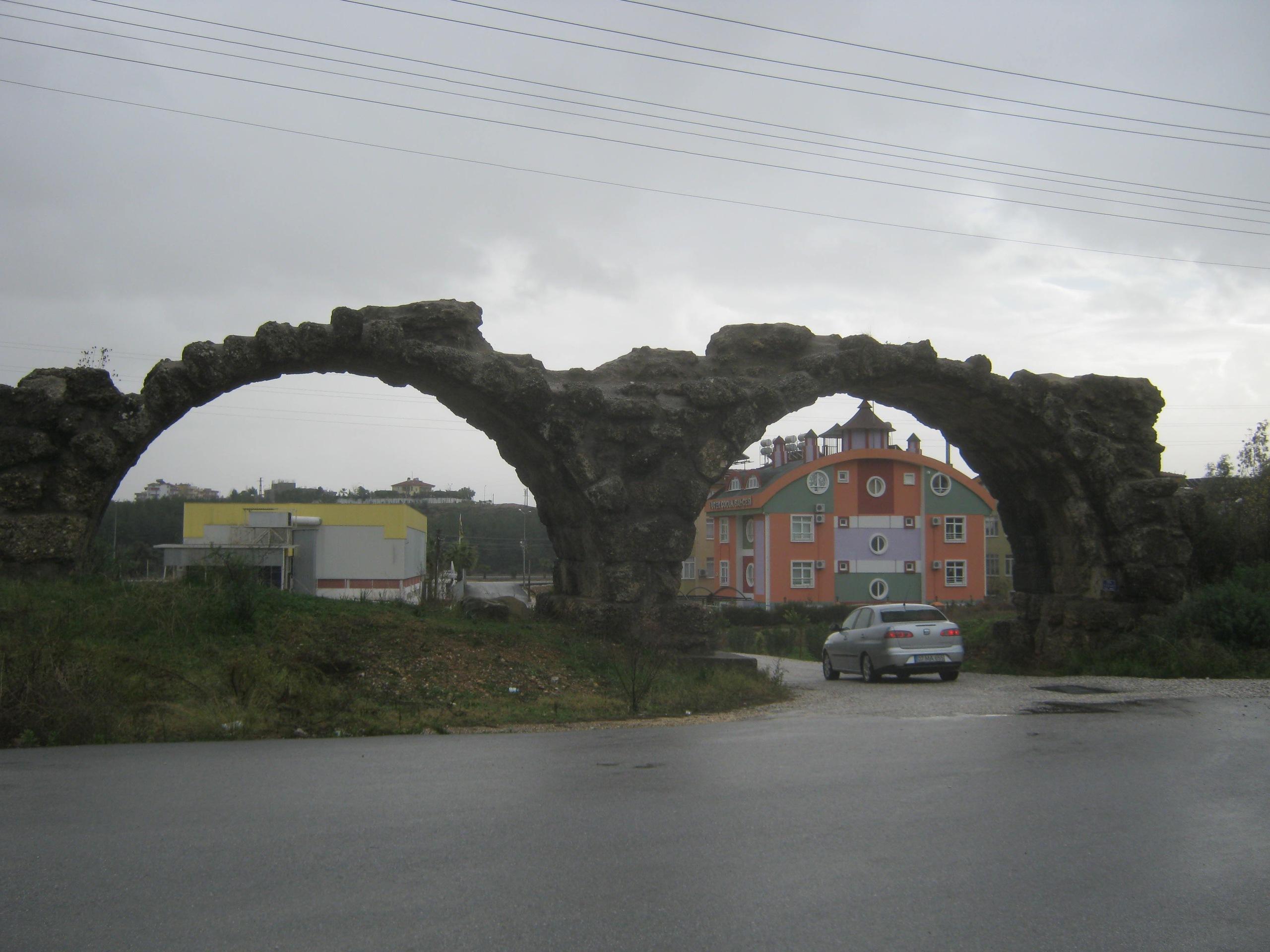 Остатки акведука, по коему бежала вода в древний город