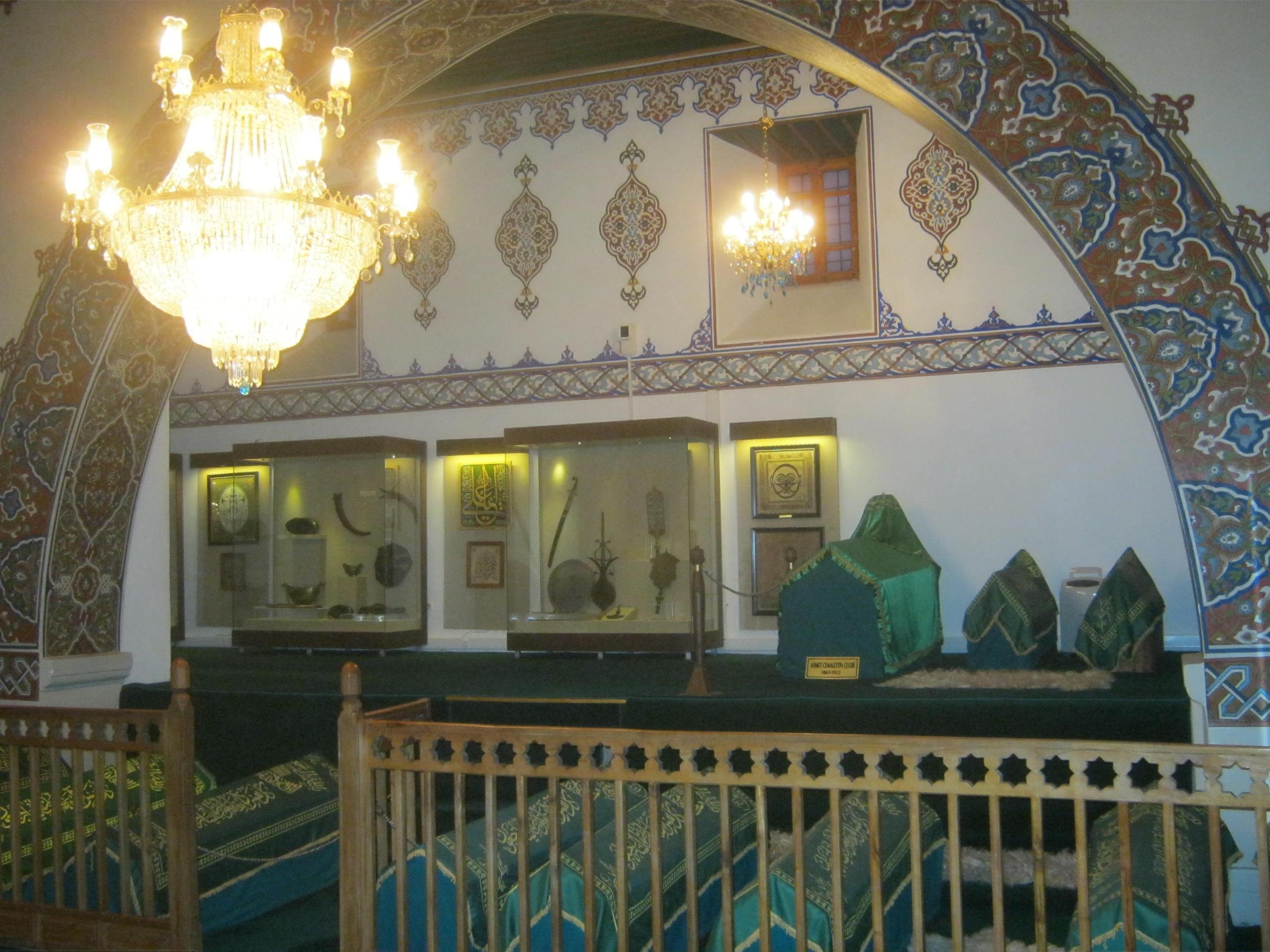 зал комплекса, где захоронены суфии, последователи ордена бекташей