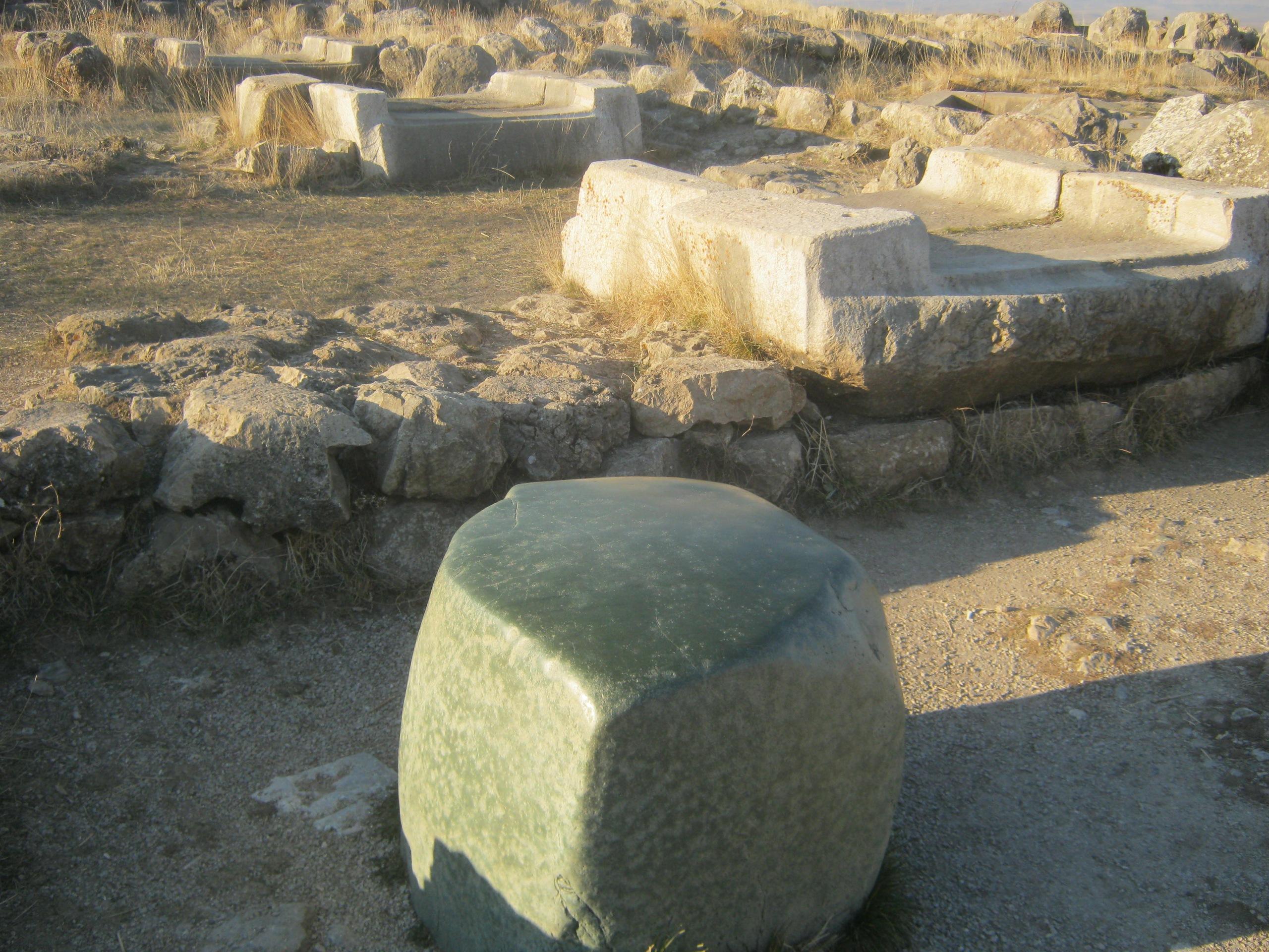 странный зелёный камень в Хаттуша