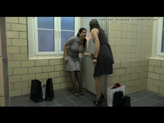 2 зрелые немки сосут член в туалете, mature german milf mom woman suck cock dick