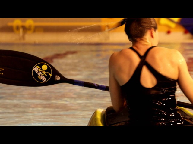 Freestyle kayaking in the swimmming pool by Zofia Tuła
