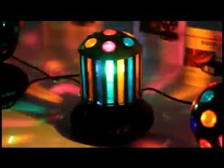 Вращающиеся шары-светильники освещают окружающее пространство разноцветными световыми лучами.