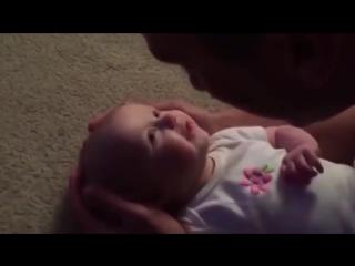 Милое видео. папа поет дочке