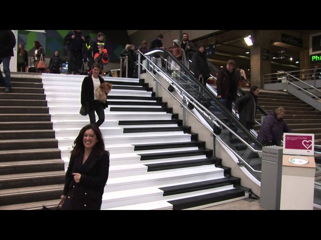 Gare Montparnasse la SNCF transforme des escaliers en piano
