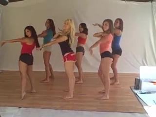 Девушки танцуют Макарену во время кастинга журнала Playboy медсестра госпиталь лысый пока не видит врач учительница училка