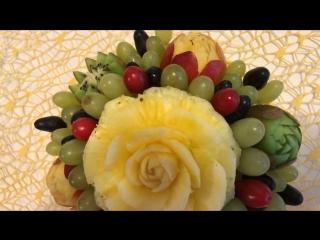Фруктовая корзиночка с киви, нектаринами, виноградом и розой из ананаса.