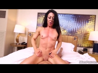 Ведущий кастинга трахнул в попу мускулистую телку - порно видео