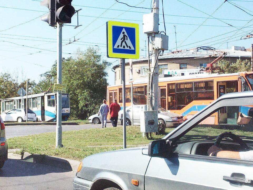В центре Таганрога трамвай протаранил «Шкоду»