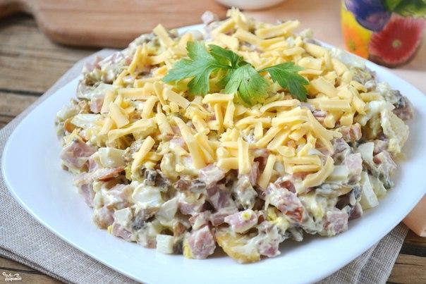 Салат с маринованными шампиньонами и копченым рецепт