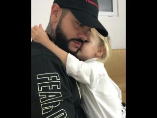 Дочка провожает папу на концерт