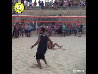 Роналдиньо играет в футбольный волейбол!