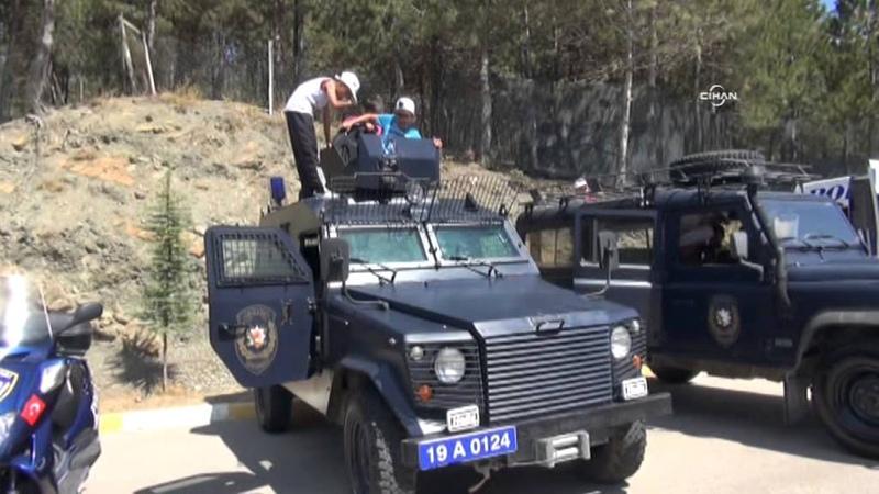 Ankara havası çalınca polisler kendini piste attı