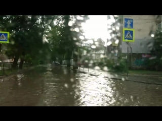 Симферополь под водой. Улицы превратились в реки, повалены деревья.