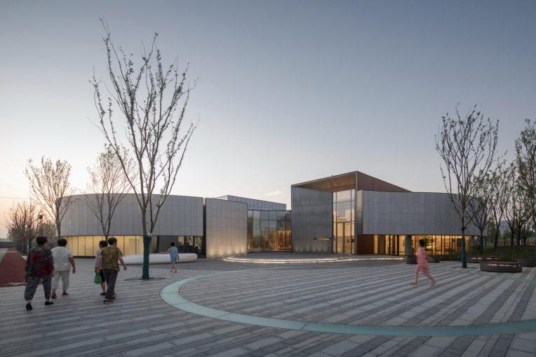 Библиотека с изогнутым фасадом в Китае
