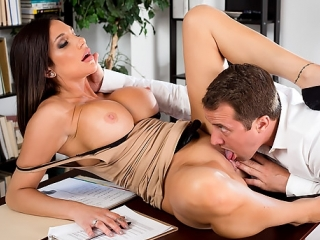 Зрелая начальница с большими сиськами Jaclyn Taylor вызвала новенького на ковер, секс, ебля, трах, порно HD 720 Sex porno