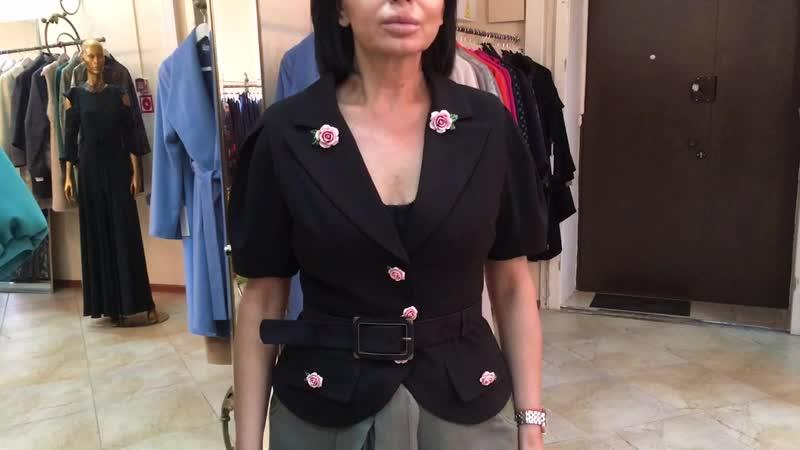 Фарфоровые розочки на пиджаке