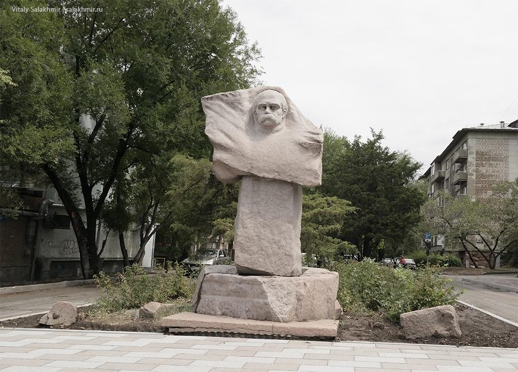 Памятник Шевченко в Алматы, проспект Достык