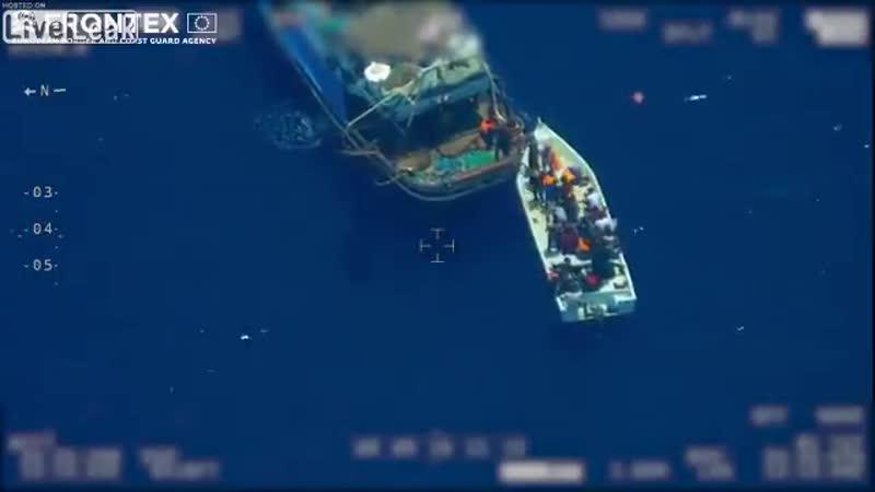 FRONTEX graba como el sionismo de la izquierda humanista globalista transporta inmigrantes a alta mar