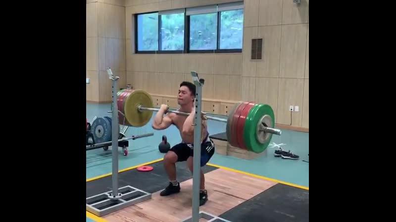 Lee Sang (67kg) double front squatting 200kg
