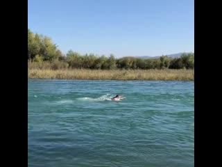 Хабиб Нурмагомедов против течения в одной из рек Дагестана.