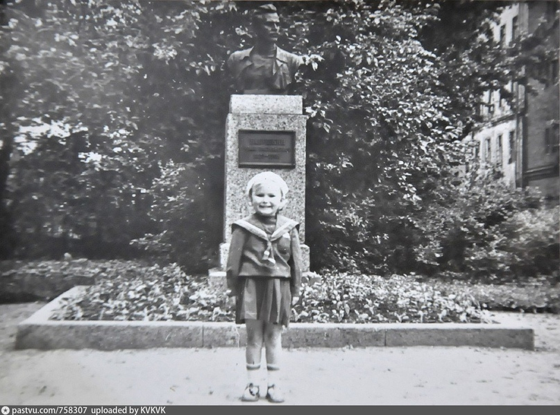 У памятника Бабушкину, 1956 – 1960. С сайта: https://pastvu.com/