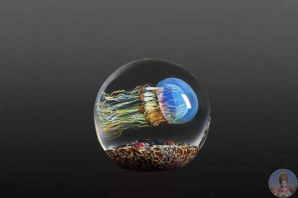 Медузы под стеклом. С 1990 года калифорнийский художник по стеклу Рик Сатава создает красивые стеклянные скульптуры, где главную роль исполняют медузы. Кажется, что яркие жители моря плывут по